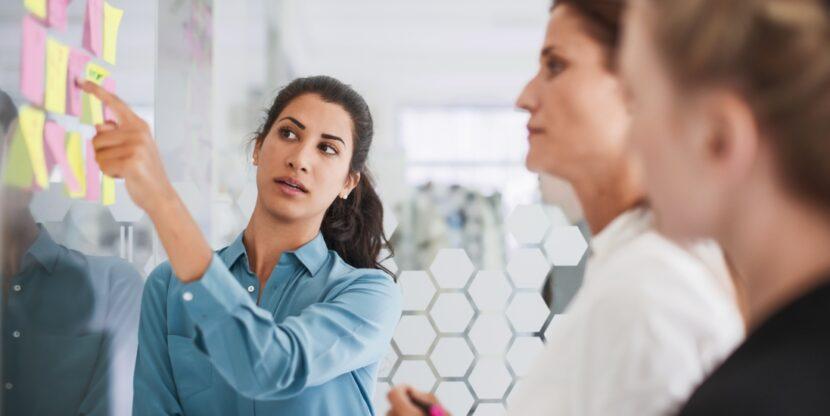Mitmekesisus töökohal, naine juhib arutelu