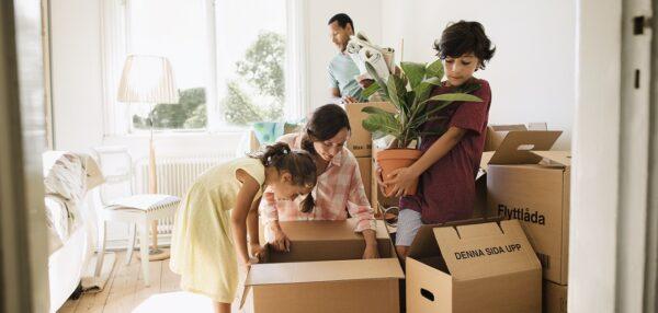 жилищный кредит, семья складывает коробки