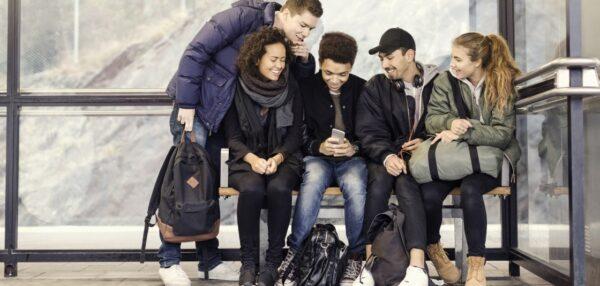 mobiilipank, mobiilimakse, noored vaatavad telefoni