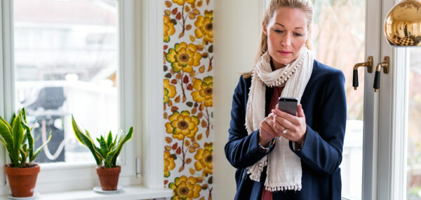 naine vaatamas oma mobiiltelefoni