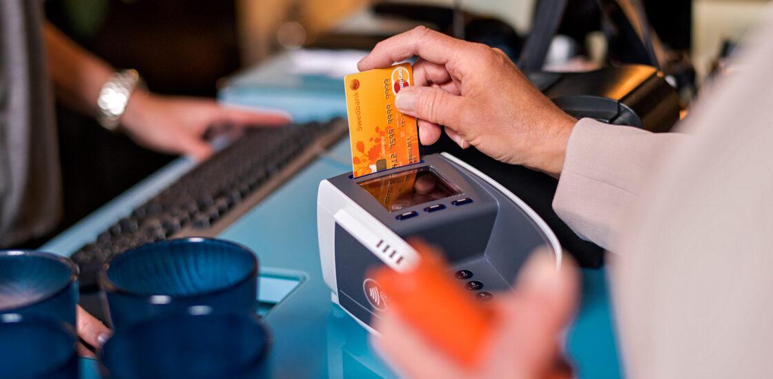Магазины Meie Toidukaubad в сотрудничестве со Swedbank теперь выдают наличные из своих касс